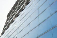 一个当代大厦的蓝色玻璃门面细节  图库摄影