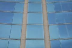一个当代大厦的蓝色玻璃门面细节  免版税图库摄影