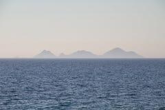 一个很远海岛的海视图 免版税库存图片