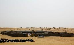 一个徒步旅行队阵营在迪拜,阿拉伯联合酋长国 游人把带对这样阵营在打击为地方表现,食物和更多的沙丘以后 免版税库存照片