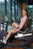 一个循环的设备的(2)美丽的女性运动员 库存照片