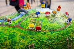 一个微型村庄或镇有五颜六色的小屋的,桥梁,河,庭院圆的表面上,被做塑料材料上面 库存图片