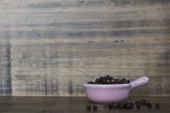 一个微型桃红色陶瓷罐的整个黑人越南语在木板和背景 库存图片