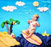 一个微小的冲浪板的婴儿女婴 库存图片