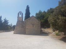 一个微小的教会发现了在分裂的一座山,克罗地亚顶部 免版税库存照片