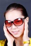 一个微笑的中国女孩的纵向 库存照片
