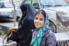 一个微笑的伊朗十几岁的女孩的画象hijab的,设拉子 库存图片