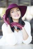 一个微笑的典雅的少妇的画象伯根地帽子的和 库存图片