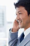 一个微笑的办公室工作者的画象电话的 免版税库存照片
