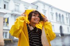 一个微笑的十几岁的女孩的画象有耳机的 免版税库存照片