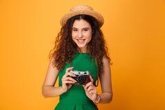 一个微笑的卷发的女孩的画象 图库摄影