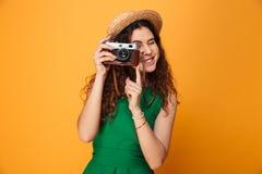 一个微笑的卷发的女孩的画象 免版税库存照片