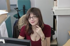 工作在办公室的成功的女商人 免版税库存图片