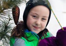 一个微笑的女孩的画象在冬天穿衣 花雪时间冬天 库存图片