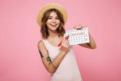 一个微笑的女孩的画象夏天帽子的 库存照片
