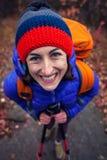 一个微笑的女孩的画象有背包的 免版税库存照片