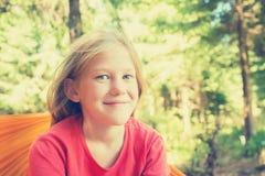 一个微笑的女孩的画象吊床的 库存图片