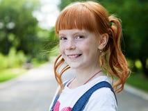 一个微笑的姜女孩的画象 免版税库存照片