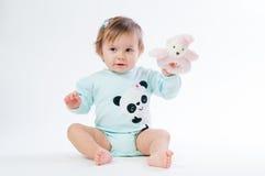 一个微笑的孩子的画象有一头玩具熊的,在白色背景 图库摄影