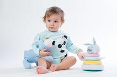 一个微笑的孩子的画象有玩具熊的,隔绝在白色背景 库存照片