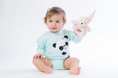 一个微笑的孩子的画象有玩具熊的,隔绝在白色背景 免版税库存照片
