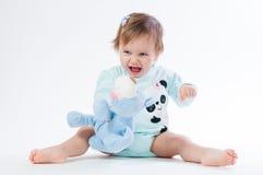 一个微笑的孩子的画象有玩具熊的,隔绝在白色背景 库存图片