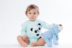 一个微笑的孩子的画象有玩具熊的,隔绝在白色背景 免版税库存图片