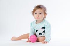 一个微笑的孩子的画象有玩具球的,隔绝在白色背景 免版税库存照片