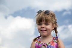 一个微笑的小女孩的纵向有辫子的 库存照片