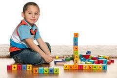 使用与玩具微笑的小男孩 免版税库存照片