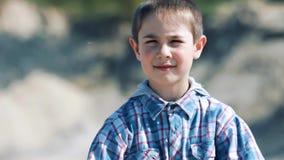 一个微笑的小男孩的画象在沙漠 股票录像