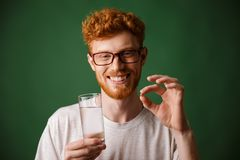 一个微笑的年轻红头发人人的画象镜片的 免版税图库摄影