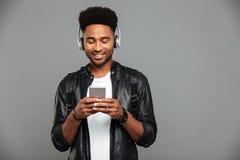 一个微笑的年轻美国黑人的人的画象 库存照片