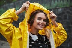 一个微笑的快乐的十几岁的女孩的画象有耳机的 库存照片