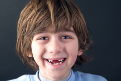 一个微笑的无牙的男孩的画象 免版税库存照片