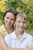 一个微笑的母亲的画象 库存照片