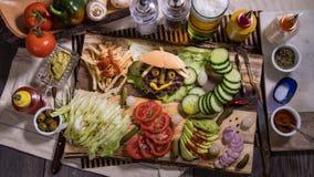 一个微笑的汉堡的下来上面视图 免版税库存图片