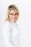 一个微笑的白肤金发的女孩的画象 免版税库存图片