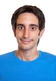 一个微笑的西班牙人的画象一件蓝色衬衣的 库存图片