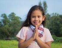 一个微笑的逗人喜爱的女孩 免版税库存照片