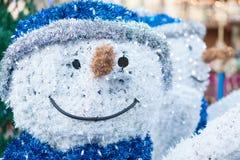 一个微笑的雪人的雕塑的特写镜头圣诞节标记的 免版税库存照片