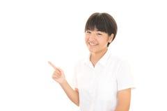 一个微笑的青少年的女孩 免版税库存照片