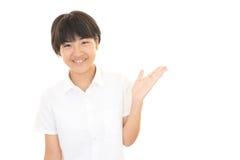 一个微笑的青少年的女孩 库存图片