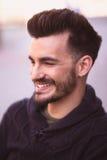 一个微笑的年轻人的画象在城市 库存图片