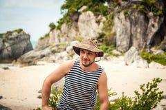 一个微笑的年轻人的画象海滩的 库存图片