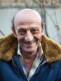 一个微笑的年长人户外特写镜头的画象 库存图片