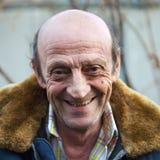 一个微笑的年长人户外特写镜头的画象 库存照片