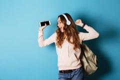 一个快乐的可爱的女学生的画象有背包的 库存照片