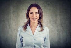 一个快乐的女商人的画象 免版税库存照片
