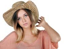 一个快乐的少年女孩佩带的草帽的演播室画象 库存照片